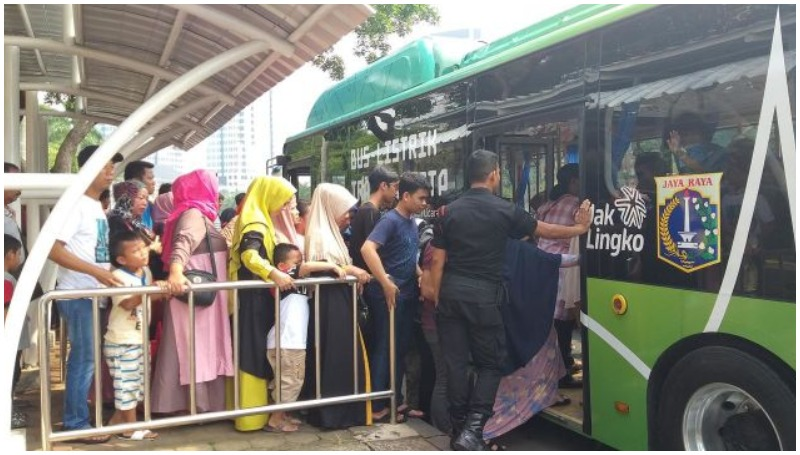 Ilustrasi naik angkutan umum