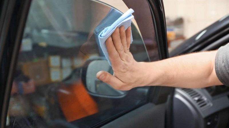 Membersihkan lem di kaca film mobil