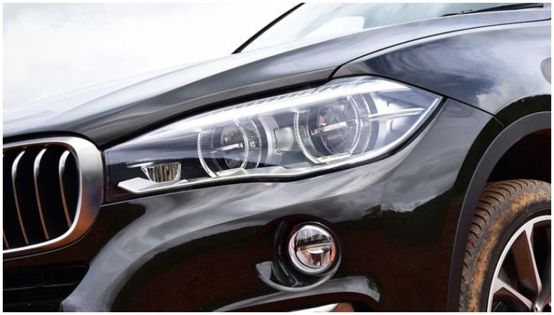 Membersihkan bekas baret di lampu mobil