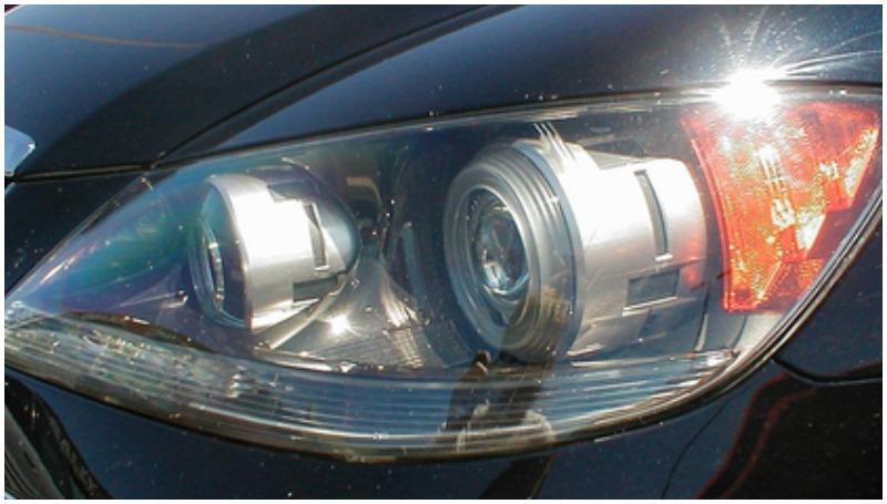 Proses akhir membersihkan reflektor lampu mobil