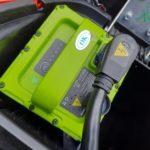 cara mengisi baterai motor listrik gesits