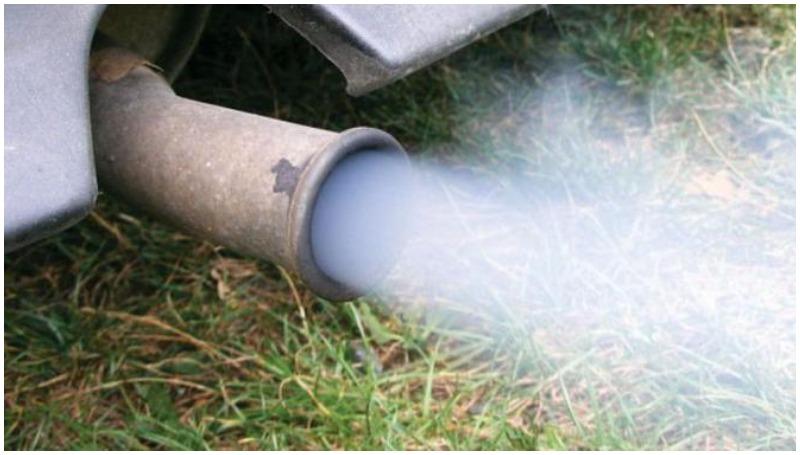 Knalpot mengeluarkan asap tebal