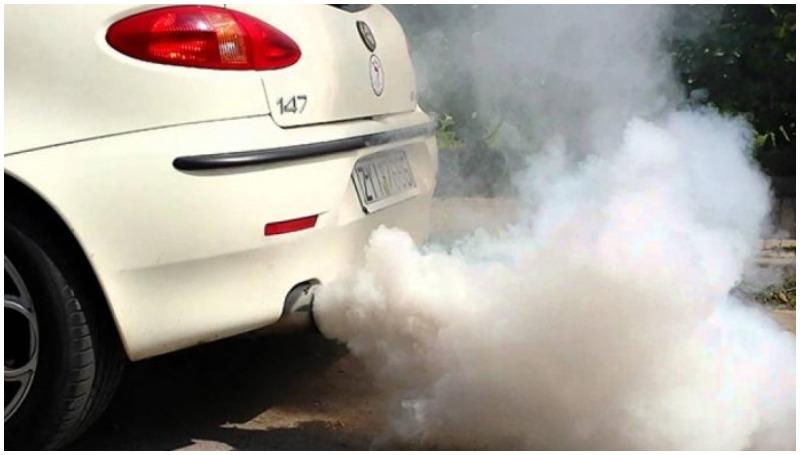 Mobil mengeluarkan asap berwarna putih