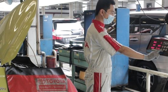 Uji emisi gas buang di bengkel Auto2000