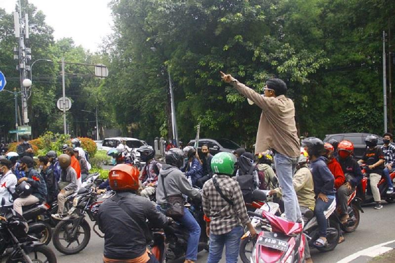 cara aman berkendara motor melewati demonstrasi
