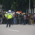 cara aman berkendara melewati demonstrasi