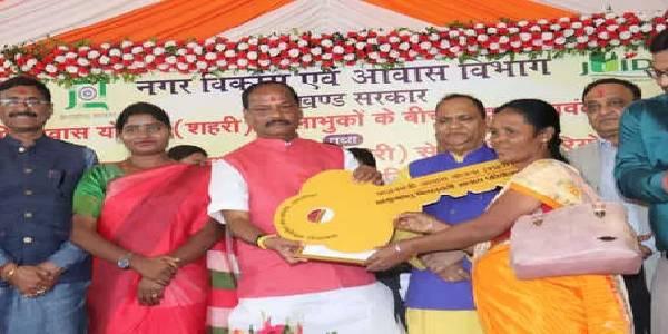 सीएम रघुवर दास ने गरीबों को 'दिवाली गिफ्ट' के रूप में सौंपी घर की चाबी