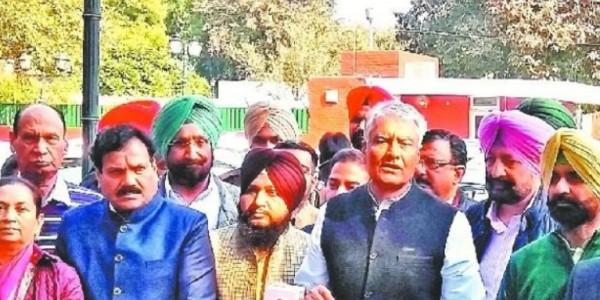 कांग्रेस के नेताओं ने की राज्यपाल से मुलाकात, CAB के खिलाफ सौंपा ज्ञापन