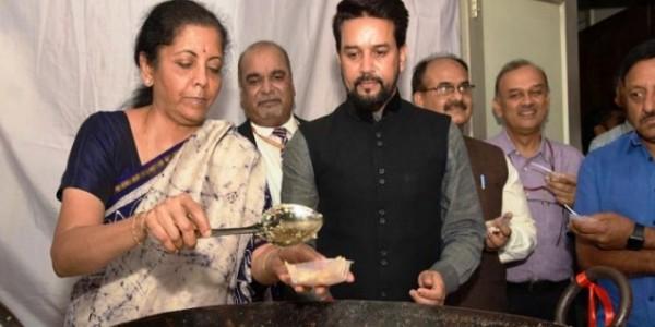 वित्त मंत्री निर्मला सीतारमण ने पूरी की हलवा सेरेमनी, बजट दस्तावेजों की छपाई का काम शुरू