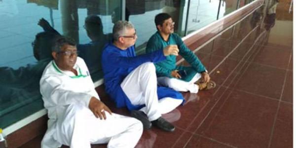प्रियंका गांधी के बाद अब टीएमसी नेताओं को भी एयरपोर्ट पर ही सोनभद्र जाने से रोका गया