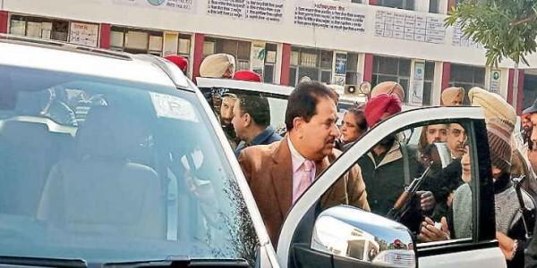 मंत्री सोनी के सामने पीड़ितों ने रोया नौकरी का रोना, 60 की बजाए 3 को चेक देकर लौटे