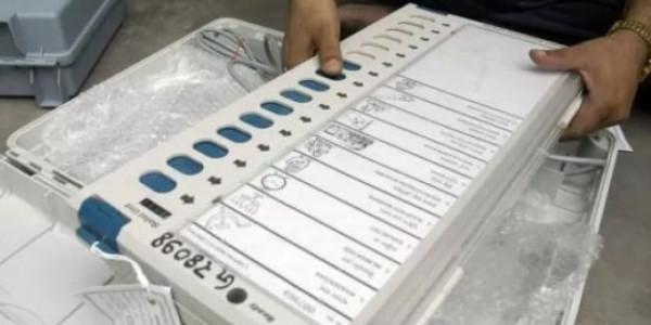 मध्य प्रदेशः वोटिंग के दौरान 100 EVM में आई खराबी, कांग्रेस के दिग्गजों ने EC से की शिकायत