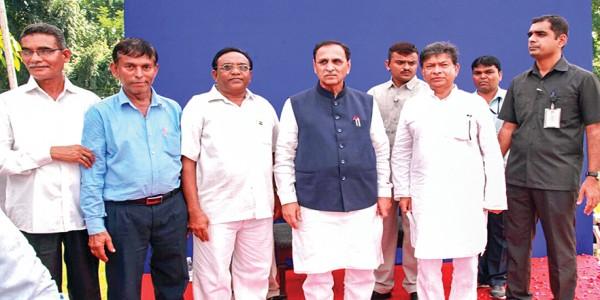 गुजरात और दमण-दीव के माछीमारों ने गुजरात के मुख्यमंत्री विजय रूपाणी एवं केन्द्रीय कृषि एवं मत्स्य पालन राज्य मंत्री परषोत्तम रूपाला से की मुलाकात