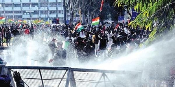 भाजपा दफ्तर घेरने जा रहे यूथ कांग्रेसियों को पुलिस ने रोका,की पानी की बौछारें