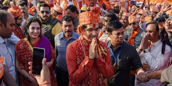 राम मंदिर पर फिर गरमाई सियासत, आज अपने 18 सांसदों के साथ रामलला के दर्शन करेंगे उद्धव