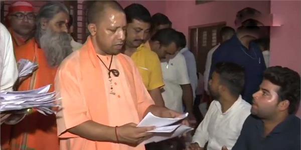 गोरखनाथ मंदिर में CM योगी ने लगाया जनता दरबार, 500 से अधिक लोगों की सुनी फरियाद