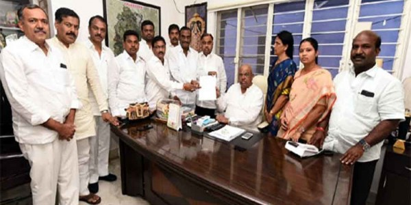 12 Congress MLAs meet Telangana assembly speaker over CLP merger