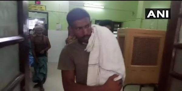 नहीं मिली सरकारी एम्बुलेंस, अस्पताल से बच्चे का शव कंधे पर लेकर गए पिता