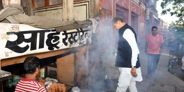 मुख्यमंत्री ने चौड़ा रास्ता में लिया चाय का आनंद