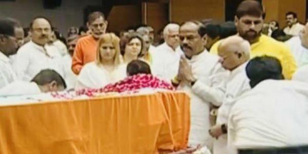 झारखंड के सीएम रघुवर दास ने पार्टी मुख्यालय में अरुण जेटली को दी श्रद्धांजलि