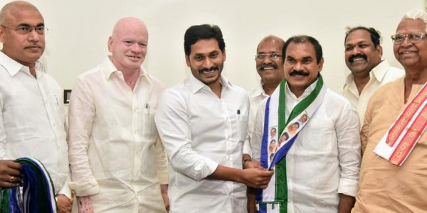 Senior TDP leader Thota Trimurthulu meets Andhra CM Jagan, joins YSRCP