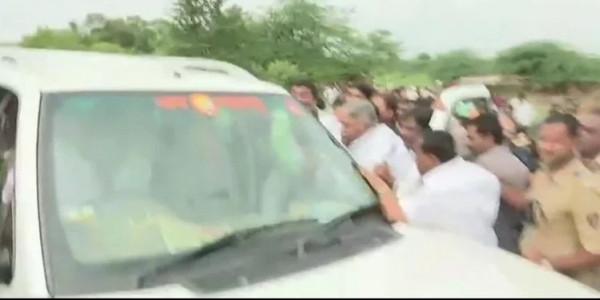 मराठा आंदोलन में झुलसा सांसद, गुस्साई भीड़ ने गाड़ी तोड़ी, सांसद को खदेड़ा