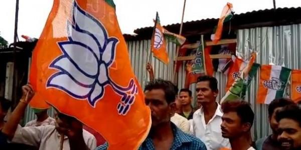 BJP कार्यकर्ताओं ने किया TMC कार्यालय पर कब्जा, कांग्रेस पार्टी के नेता को थमाई चाबी