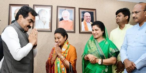 himadri-singh-joins-bjp-big-blow-to-congress