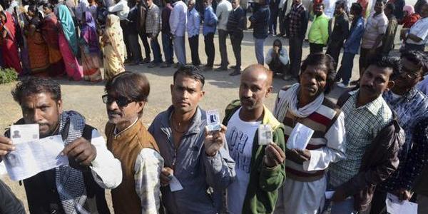 महाराष्ट्र-हरियाणा में धीमी गति से हो रहा मतदान, कई जगह ईवीम में मिल रही शिकायतें
