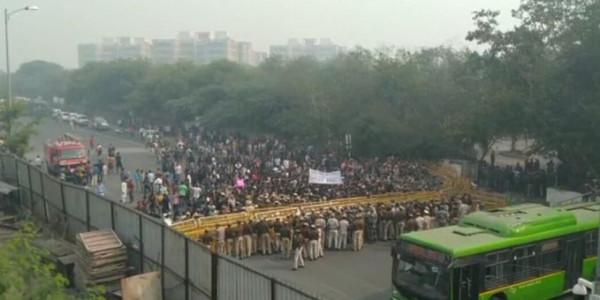 JNU: अंदर उपराष्ट्रपति बैठे हैं और बाहर छात्र पुलिस से भिड़ रहे हैं