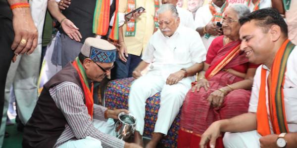 bhopal-shivraj-singh-washed-workers-feet-highly-appreciated-on-social-media