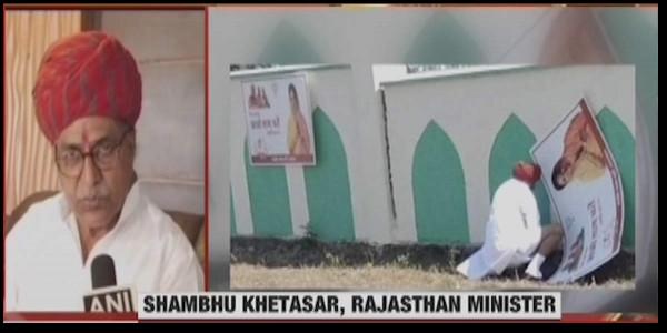 खुले में पेशाब करते भाजपा के मंत्री की फोटो वायरल, बोले- यह तो पुरानी परंपरा है