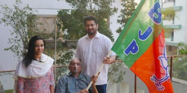story-manohar-parrikar-tweets-his-photo-holding-bjp-flag