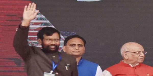 रामविलास पासवान ने की नीतीश की प्रशंसा, कहा- बिहार में तेज चल रही विकास की गाड़ी