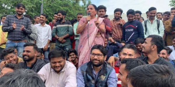 hardik patel and jignesh mevani on dharna in support of sachivalya candidate