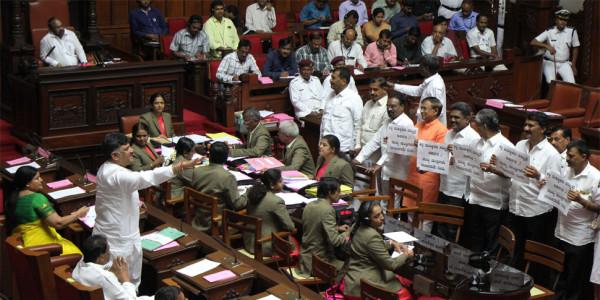 कर्नाटक: गवर्नर की डेडलाइन भी हुई फेल, अब क्या होगा?