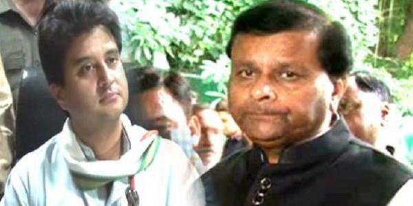 BJP नेताओं ने सिंधिया को कहा 'श्रीमंत' तो मंत्री ने शुद्धि के लिए पिलाया गंगाजल