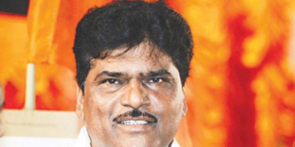 महाराष्ट्र के स्वास्थ्य मंत्री दीपक सावंत ने मुख्यमंत्री को सौंपा इस्तीफा
