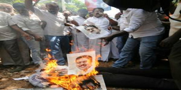 AIADMK cadres protest outside Puducherry resort where pro-Dhinakaran MLAs are staying
