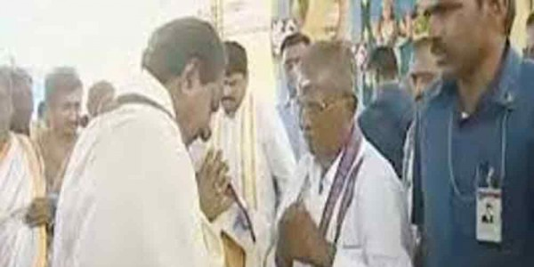 KCR offers prayers at Kaleshwaram temple in Warangal