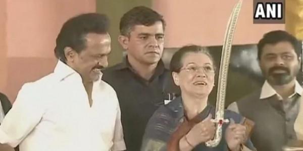 सोनिया गांधी ने किया करुणानिधि की मूर्ति का अनावरण, फिर जुटे विपक्ष के दिग्गज नेता