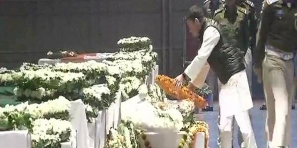 दिल्ली पहुंचे शहीद जवानों के शव, राजनाथ सिंह और राहुल गांधी ने दी श्रद्धांजलि