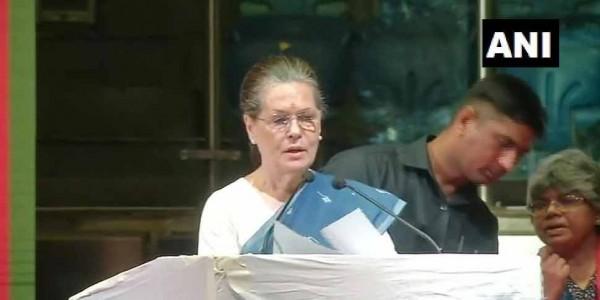 संविधान की बुनियाद को बचाने के लिए हम लड़ रहे हैं: सोनिया गांधी