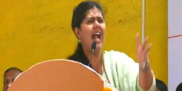 महाराष्ट्र विधानसभा चुनाव: मंत्री पंकजा मुंडे की चुनावी जनसभा में जमकर लगे उनके खिलाफ नारे, 6 लोग हिरासत में लिए गए