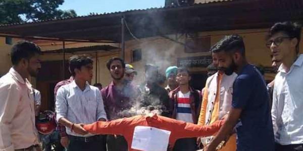 एबीवीपी ने गढ़वाल विवि और उच्च शिक्षा राज्यमंत्री के पुतले फूंके