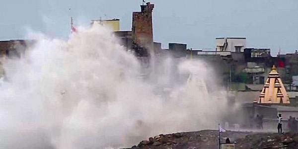 Cyclone Vayu: नहीं टला खतरा, गुजरात में फिर दस्तक दे सकता है चक्रवाती तूफान वायु