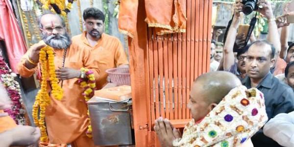 कैबिनेट बैठक के लिए कुंभनगर पहुंचे सीएम योगी, बड़े हनुमानजी के किए दर्शन