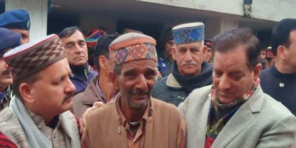 Pulwama terror attack : किशन कपूर से गले लग फूट-फूटकर रोये तिलक के पिता, पत्नी बेसुध