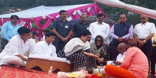 मुख्यमंत्री जयराम ने नमिता भट़टाचार्य संग विसर्जित की अटल जी की अस्थियां