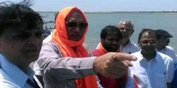 यूपी में बाढ़ के संकट के बीच घोटाले को लेकर योगी के मंत्री और अफसर आमने-सामने